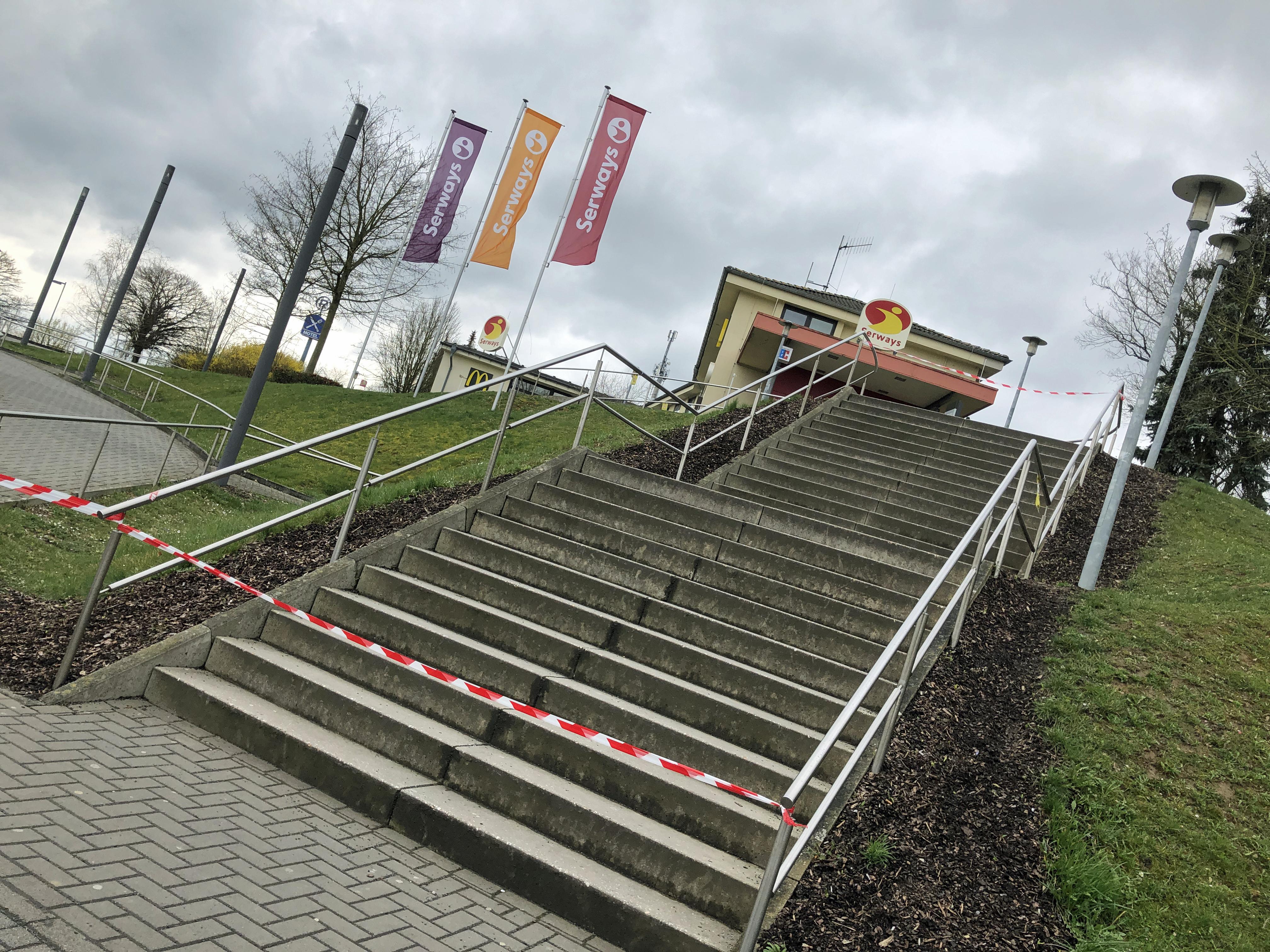 Mit Flatterband abgesperrt: Treppe zu einem Serways-Autobahnrasthof