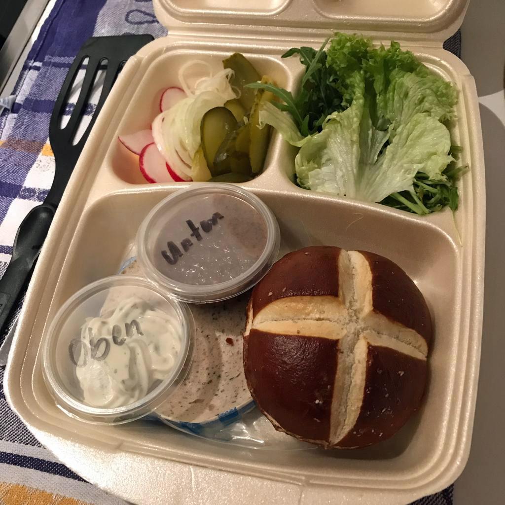 Ein Burger in Einzelteilen zum Zusammensetzen