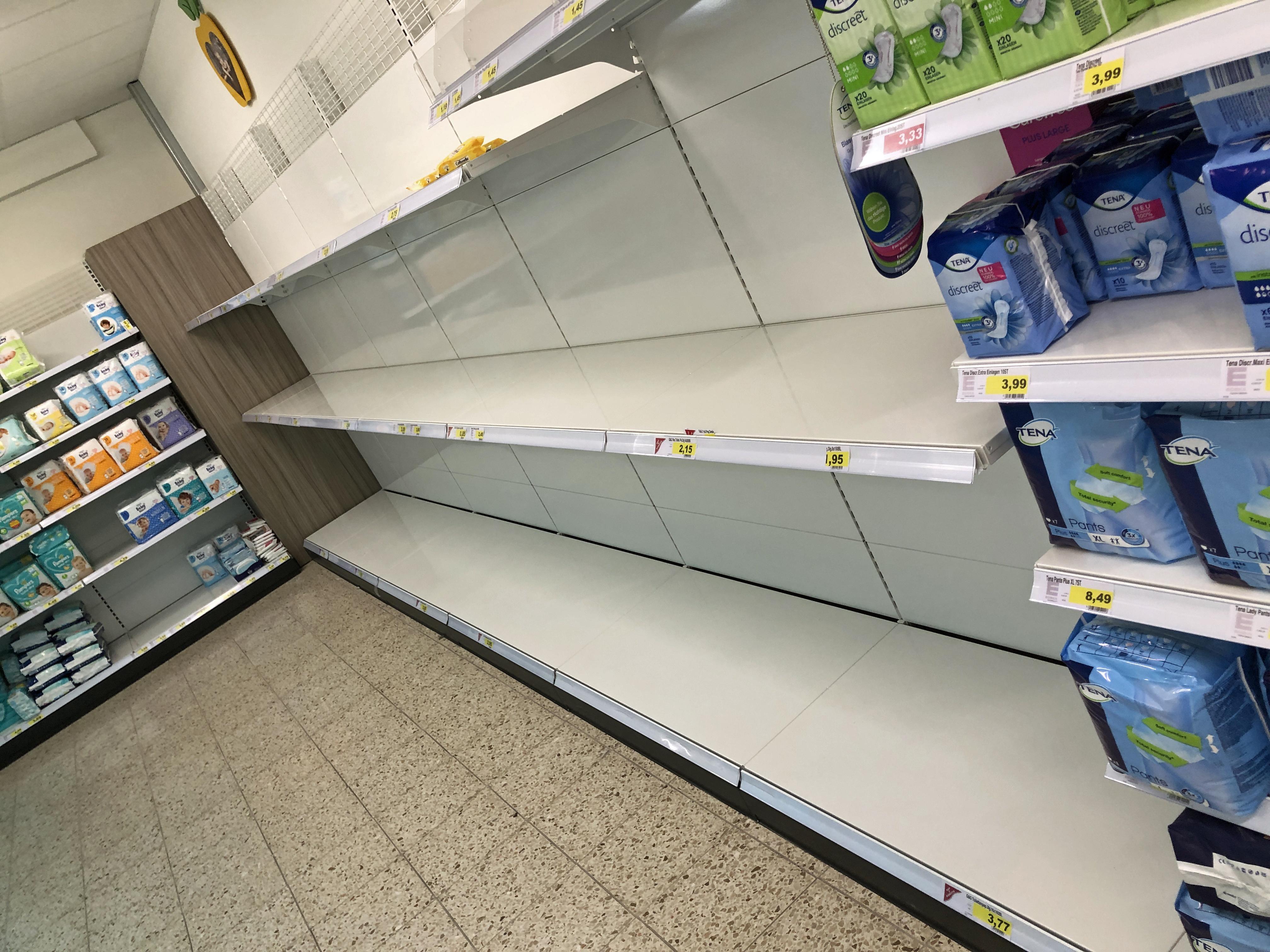 Ein leeres WC-Papier-Regal im Supermarkt